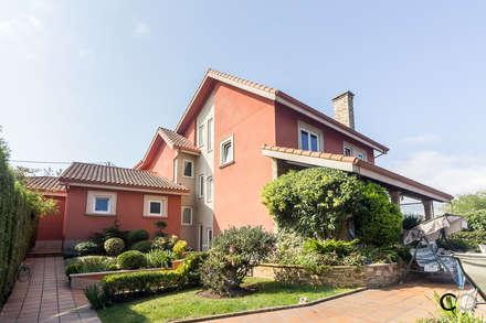 FACHADA: Casas unifamilares de estilo  de CCVO Design and Staging