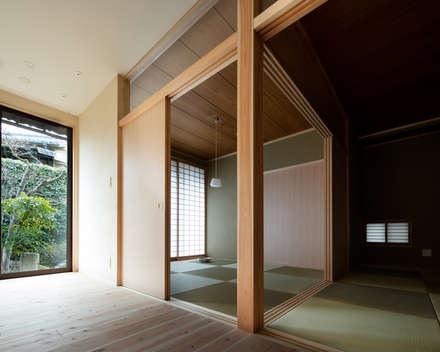 HO邸改修: 高野俊吾建築設計事務所が手掛けたリビングです。