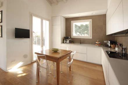 Cucina Moderna Bianca: Cucina attrezzata in stile  di JFD - Juri Favilli Design