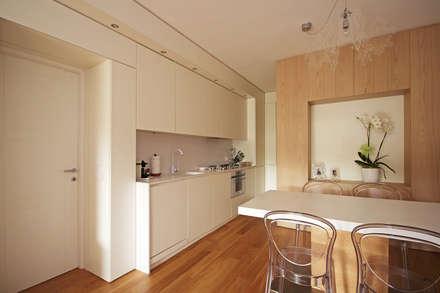 Ristrutturare e Arredare una Casa al Mare in Liguria: Cucina attrezzata in stile  di JFD - Juri Favilli Design