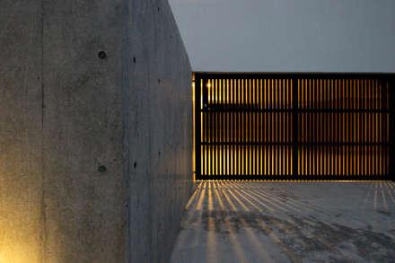 Garage prefabbricato in stile  di 小島光晴建築設計事務所