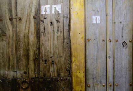 Puertas Aseos: Bares y discotecas de estilo  por Ópera de Domingo