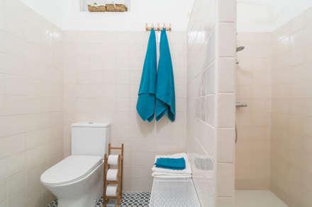 Baño Espacioso : Baños de estilo clásico por Ópera de Domingo