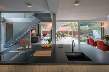 open kitchen:  Keukenblokken door Bloot Architecture