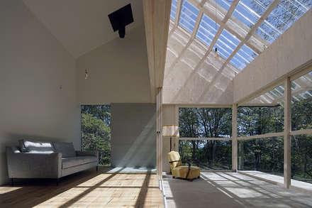 森の山荘: 桑原茂建築設計事務所 / Shigeru Kuwahara Architectsが手掛けたベランダです。