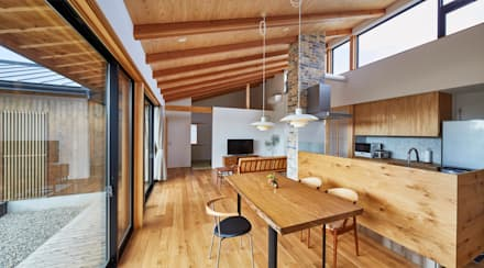 和モダンの家: 梶浦博昭環境建築設計事務所が手掛けたリビングです。