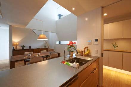 神社山の家: Atelier Monogoto 一級建築士事務所が手掛けたキッチンです。