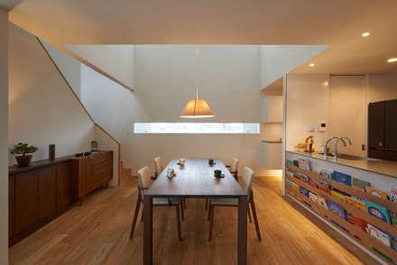 神社山の家: Atelier Monogoto 一級建築士事務所が手掛けたダイニングです。