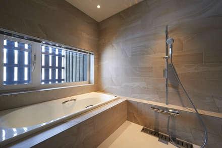 神社山の家: アトリエモノゴト 一級建築士事務所が手掛けた浴室です。