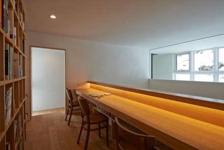 神社山の家: アトリエモノゴト 一級建築士事務所が手掛けた書斎です。