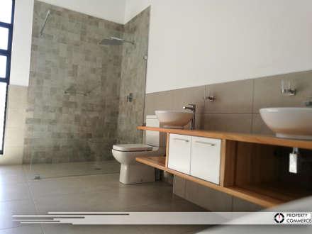 Main bathroom: modern Bathroom by Property Commerce Architects