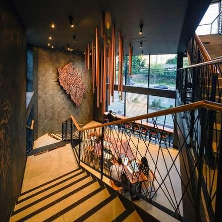수원 오목천동 스타벅스 DT 건축: 그리다집의  바 & 카페