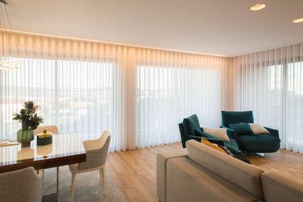 Casa na encosta do Monte Santa Luzia em Viana do Castelo: Salas de estar modernas por Valdemar Coutinho Arquitectos