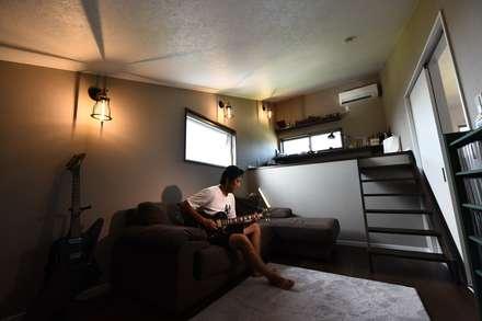 AKW邸: Sen's Photographyたてもの写真工房すえひろが手掛けた書斎です。