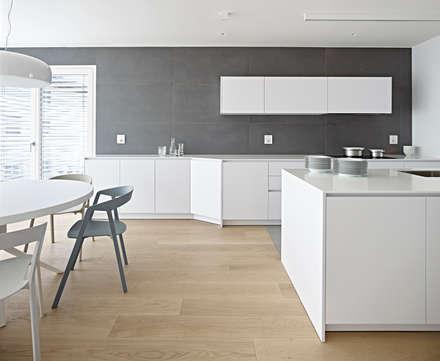 edificio unifamiliare BL: Cucina attrezzata in stile  di Burnazzi  Feltrin  Architects