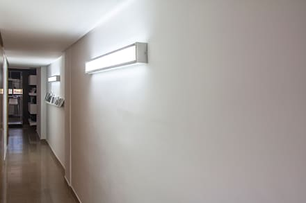 Ático Duplex: Pasillos y vestíbulos de estilo  de Isho Design