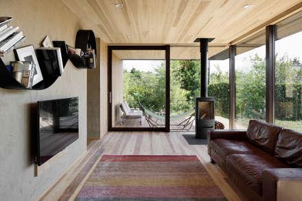 052いすみ市岬町Oさんの家: atelier137 ARCHITECTURAL DESIGN OFFICEが手掛けたリビングです。