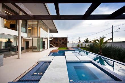 Piscinas infinitas de estilo  por Steck Arquitetura