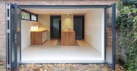 zicht vanuit tuin:  Keukenblokken door studioquint