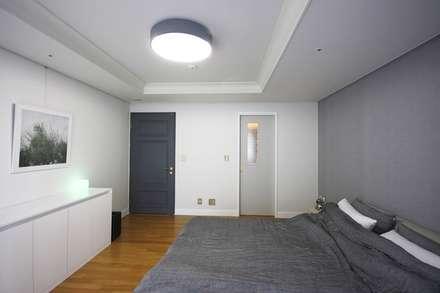 일산 49평 프렌치모던 홈스타일링: homelatte의  침실