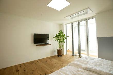 아파트 속 모던갤러리를 꿈꾼다_답십리 래미안위브 인테리어: (주)바오미다의  침실