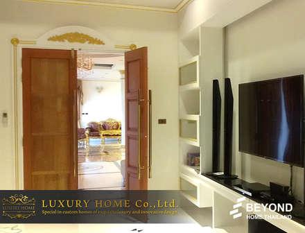 NEO-CLASSIC 2-STOREY HOMES:  ห้องนั่งเล่น by HOME