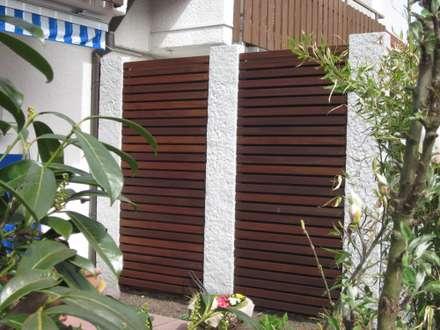 Holzbeläge, Sichtschutz, Zäune: rustikaler Garten von Garten-Landschaftsbau Hierreth-Felser GmbH