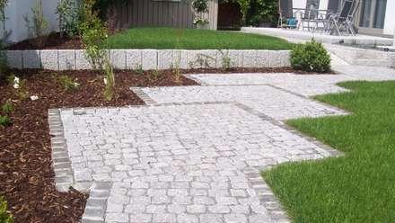 Pflasterung, Sitzplätze, Terrassen: rustikaler Garten von Garten-Landschaftsbau Hierreth-Felser GmbH