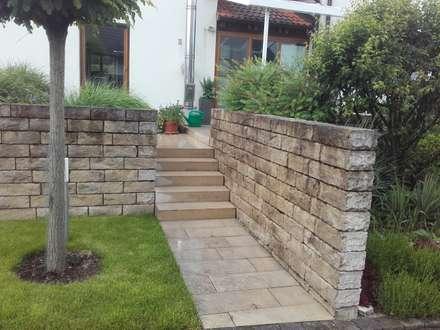Stufenanlagen: rustikaler Garten von Garten-Landschaftsbau Hierreth-Felser GmbH