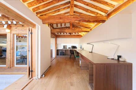 성북동 한옥 리노베이션(유달리 한옥): 에스플러스 디자인의  방