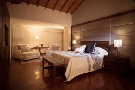Dormitorios de estilo ecléctico por Munera y Molina