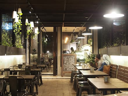 Outdoor dining area.:  Restoran by Spasi Architects