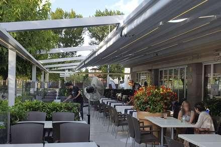 Pergolas y toldos: Jardines de invierno de estilo moderno de Simón Martínez