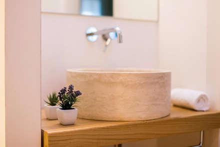 Bagni e rivestimenti in travertino per il Relais Luce bed&breakfast a Firenze: Hotel in stile  di Pietre di Rapolano