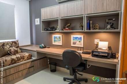 Estudios y despachos de estilo rústico por Camarina Studio