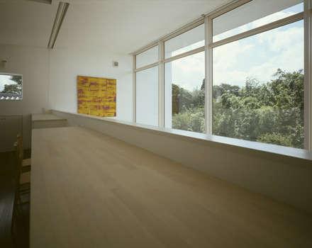 佐倉の週末住宅: 前田篤伸建築都市設計事務所が手掛けた寝室です。
