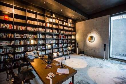 Oficinas de estilo minimalista por 業傑室內設計