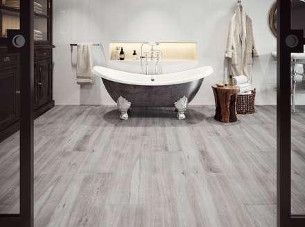 Fliesen in Holzoptik im Badezimmer: skandinavische Badezimmer von Fliesen Sale