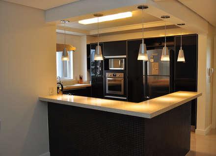 Cozinha Gourmet: Cozinhas modernas por MARCIA EBERT ARQUITETURA E INTERIORES