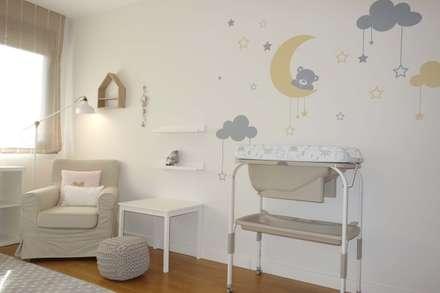 Su primera habitación: Dormitorios infantiles de estilo escandinavo de Noelia Villalba