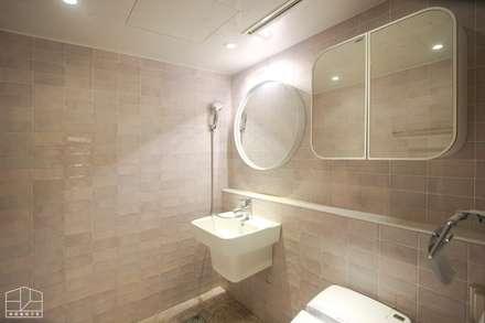 40평대 아파트 인테리어 모아보기: 홍예디자인의  화장실