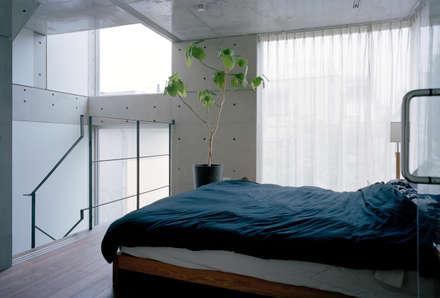 南青山の家: M+2 Architects & Associatesが手掛けた寝室です。