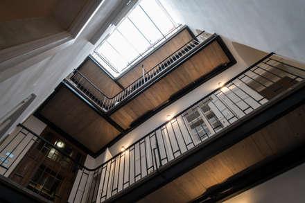 Innenhof mit Pawlatschengang:  Flur & Diele von project-m gmbh