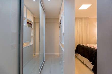 Quarto de casal + closet: Closets ecléticos por DM ARQUITETURA E ENGENHARIA