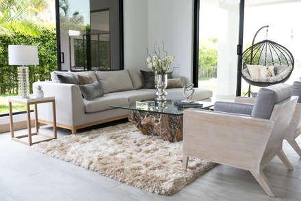 Interiorismo y acabados de obra La Chispa: Salas de estilo clásico por ea interiorismo