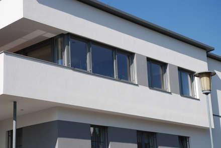 Fenster aus Kunststoff mit Aluminium-Vorsatzschale in grau für ein Einfamilienhaus:  Bungalow von Schmidinger Wintergärten, Fenster & Verglasungen