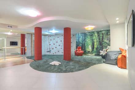 FAMAY ESPACIO RECREATIVO: Salas multimedia de estilo moderno de Bravo Benidorm, SL