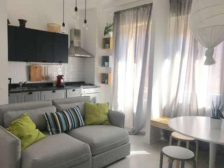 Mini appartamento in grigio: Soggiorno in stile in stile Scandinavo di Home Lifting