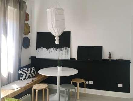 Mini appartamento in grigio: Sala da pranzo in stile in stile Scandinavo di Home Lifting