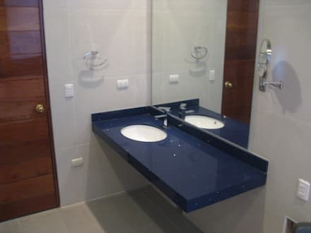 Casa D Santiago de Surco: Baños de estilo moderno por Arquitotal SAC